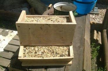 Деревянная бункерная кормушка