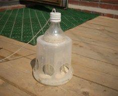 Вариант кормушки из бутылки