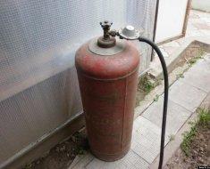 Старый газовый баллон для изготовления кормушки