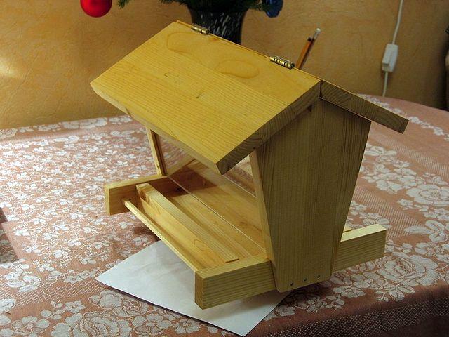 Деревянное приспособление для куриц