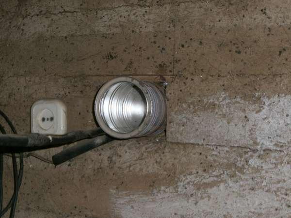 Серая вентиляционная труба в стене