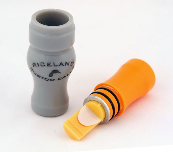 Серый и оранжевый пластмассовый манок