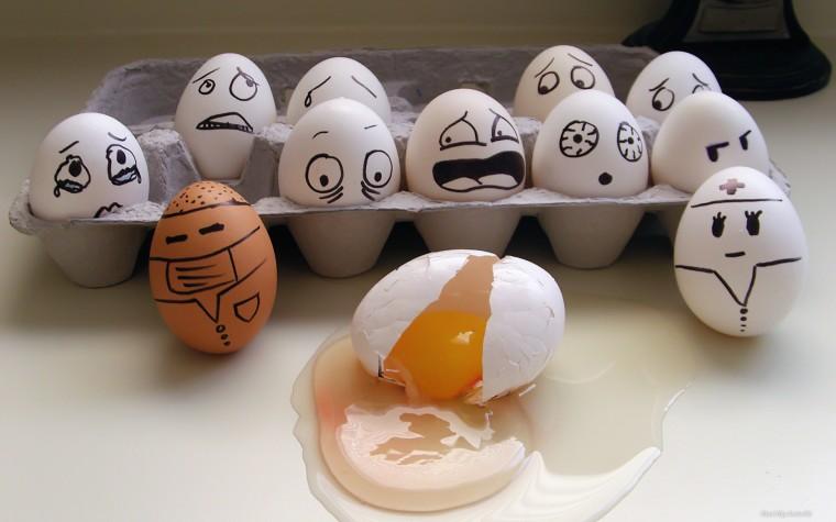 Много куриных яиц с нарисованными лицами