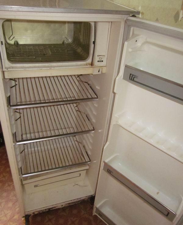 Старый холодильник с открытой дверцей