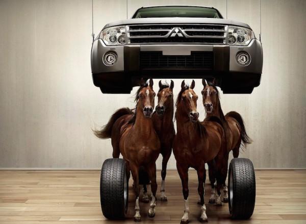 Четыре коня стоят под автомобилем
