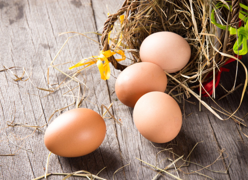 Коричневые куриные яйца на столе