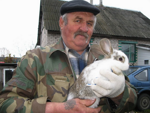 Белорусский кроликовод с питомцем