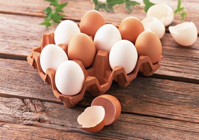 Куриные яйца в лоточке