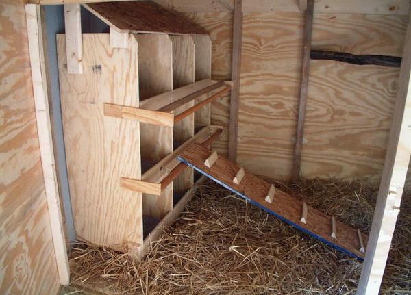Пример самодельной трехъярусной конструкции гнезд