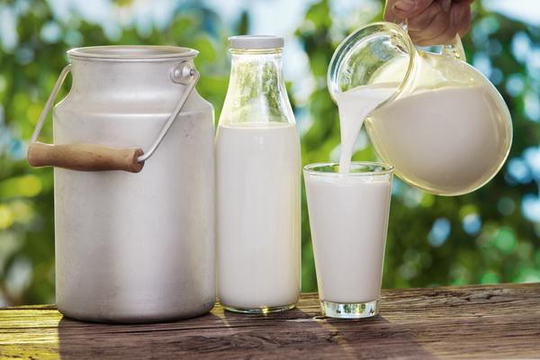 Кувшин, бутылка и стакан с молоком