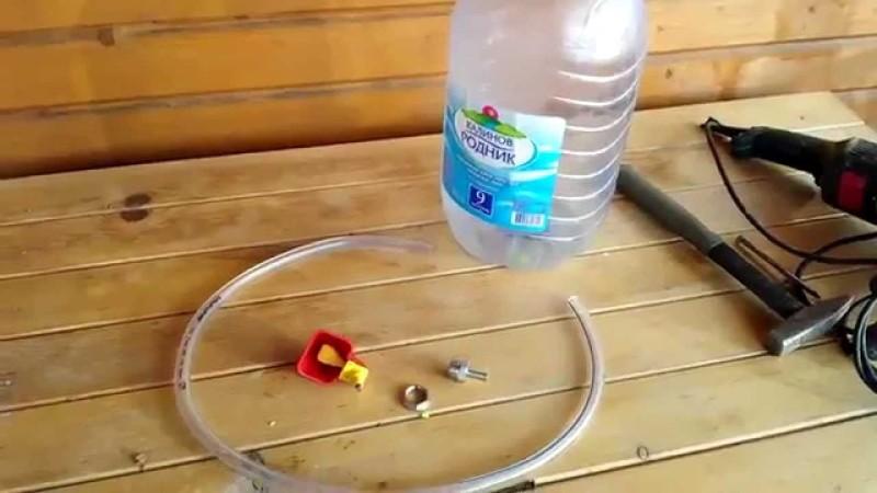 Процесс изготовления поилки из бутылки