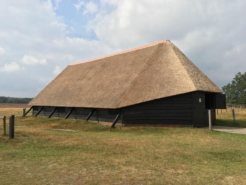 Овчарня с соломенной крышей