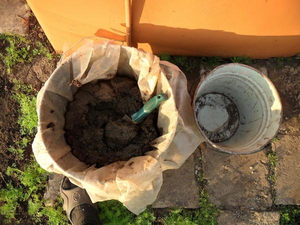 Сухой куриный компост в ведре