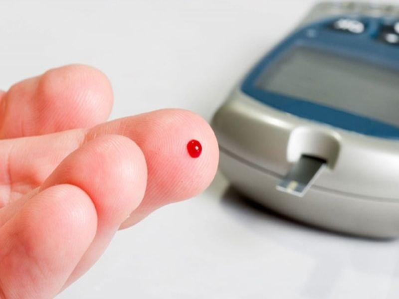 Капля крови на пальце и глюкометр