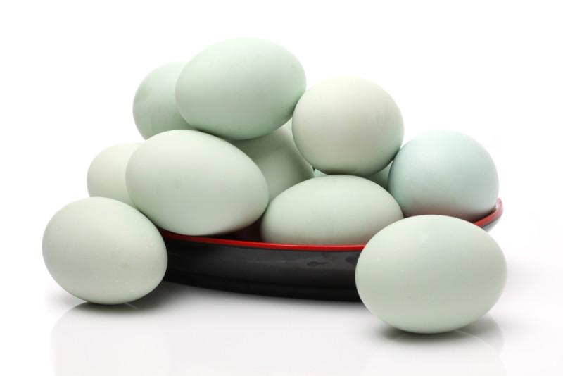 Утиные яйца в тарелке