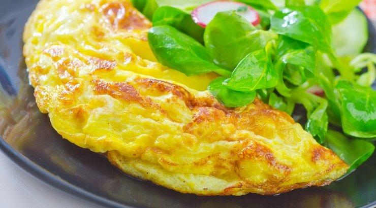 Жареное гусиное яйцо на тарелке